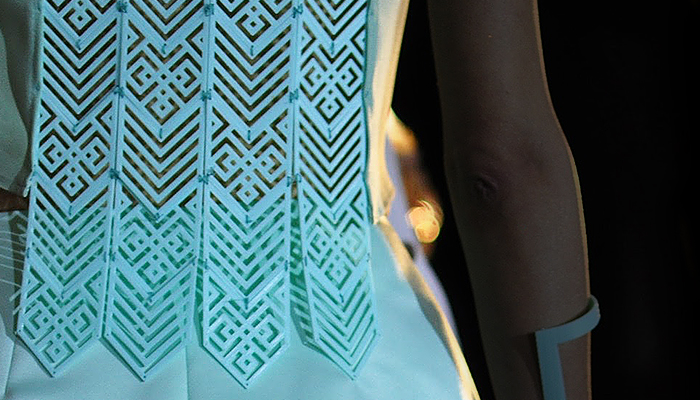 Elementos impresos en 3D Zortrax M200 exhibido durante la Semana de la Moda SS16